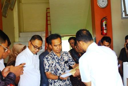 Ketua KPU Padang saat pembukaan kota suara untuk bukti sidang PHPU di Mahkamah Konstitusi.