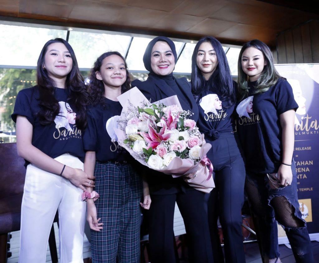 Sarita bersama keempat putrinya