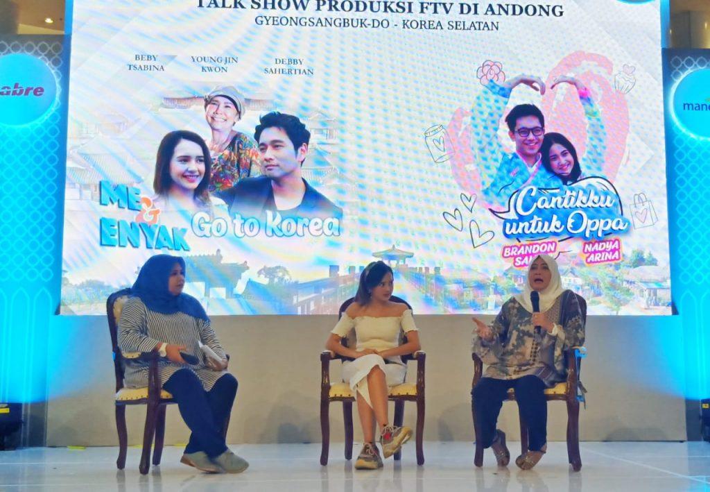 Foto Beb - Rina Novita sedang menjelaskan tentang dua judul FTV produksinya yang berlokasi syuting di Korea