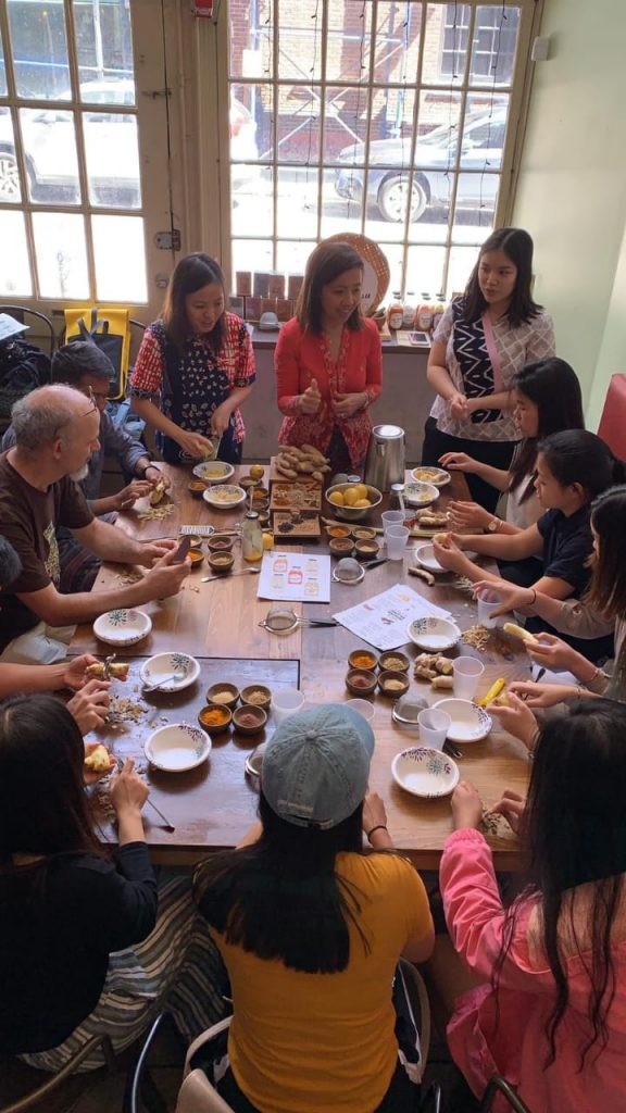 Suasana workshop pembuatan jamu bersama 'Suwe Ora Jamu'