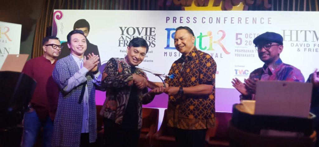 Foto Beb - Direktur Utama Garuda Indonesia, Ari Askhara menyerahkan miniatur pesawat Garuda kepada Yovie Widianto