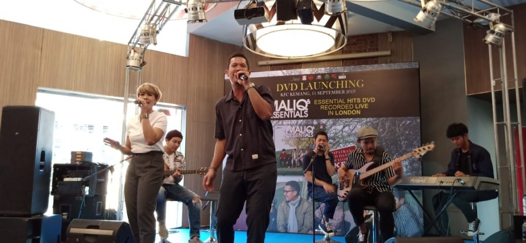 Foto Beb - MALIQ & D'Essentials saat tampil di panggung JMSI di KFC Kemang, Jakarta Selatan