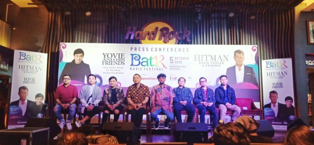 Foto Beb - Rajawali Indonesia peringati Hari Batik Nasional bekerjasama dengan PT Taman Wisata Candi Borobudur, Prambanan & Ratu Boko, Garuda Indonesia