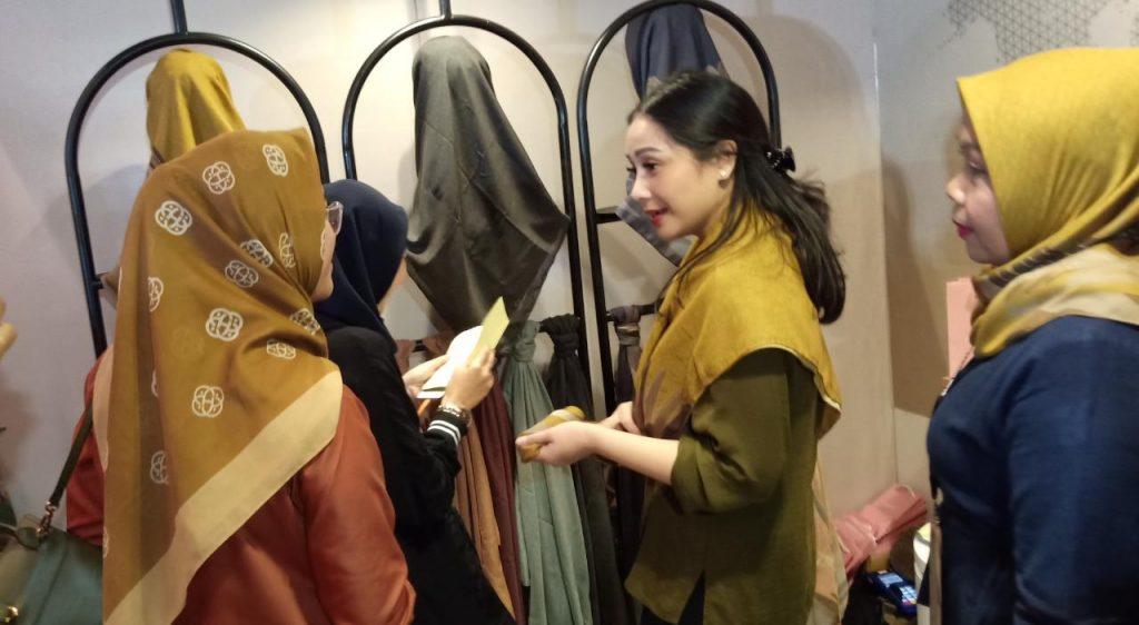 Foto Beb - Nagita saat melayani pembeli di The Hall 8 Senayan City