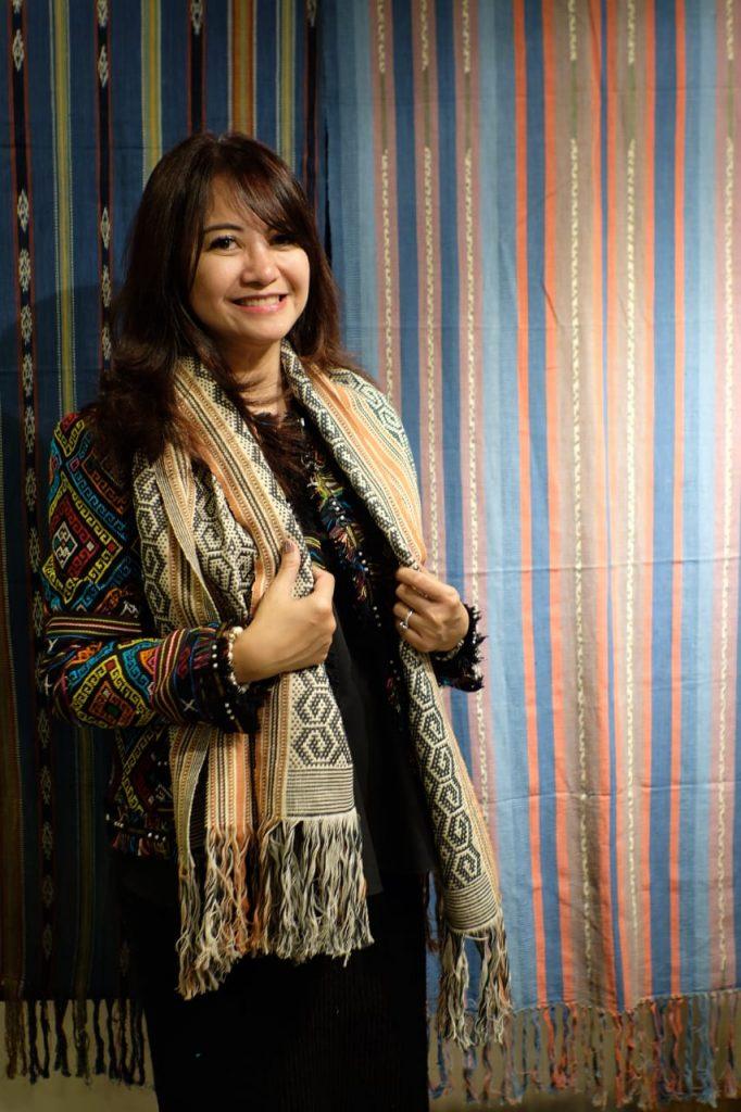 Foto Beb : Lies Permana Lestari (Direktur Bisnis Ritel Sarinah) mengenakan kain tenun asal Maumere