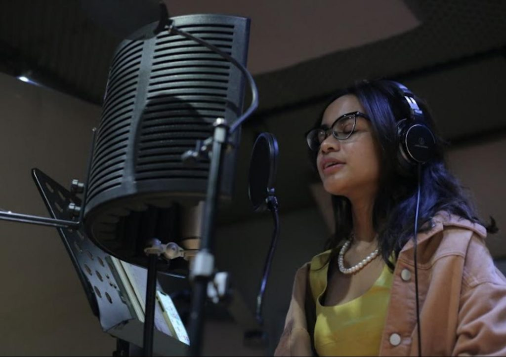 Audrey Tapiheru saat menyanyikan lagu 'Cermin Hati'