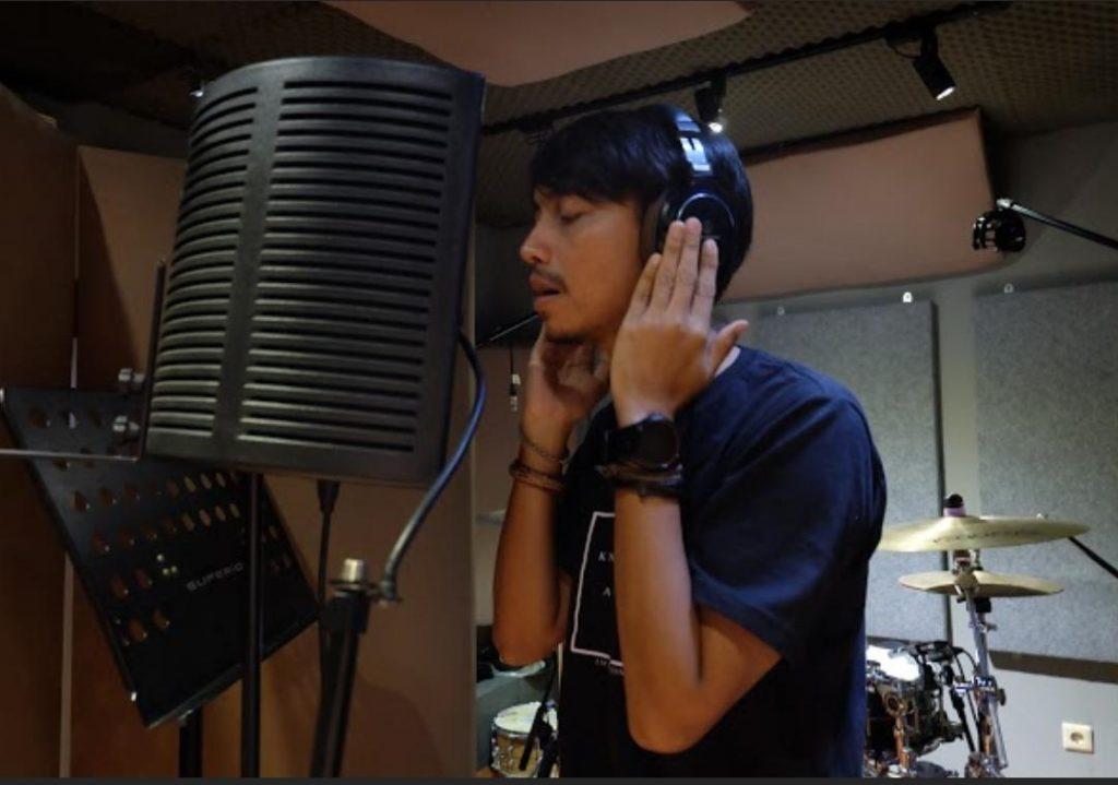 Fiersa Besari saat rekaman lagu 'Pelukku untuk Pelikmu'