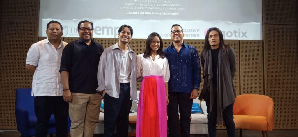 Foto Beb - Andi Rianto (kemeja biru) bersama promotor Merah Putih Persada (Oktariadi Anis), Art Director (Jay Subiakto), penyanyi Gamaliel dan Audrey Tapiheru serta Friendz Choir