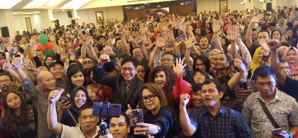 Foto Beb - Berikan semangat, F Suhanda berfoto bersama para customer
