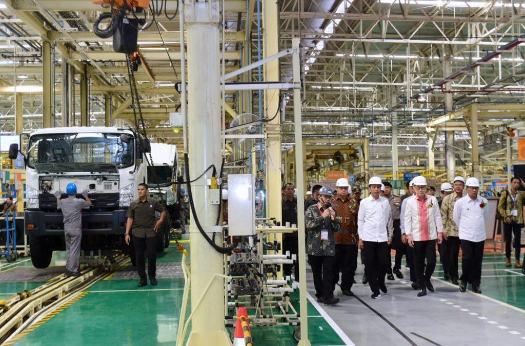 Foto Setpres - Presiden Jokowi saat meninjau pabrik mobil Isuzu