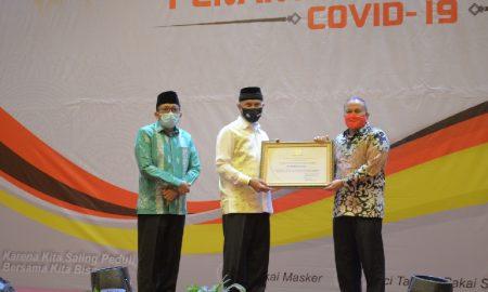 Walikota Padang Mahyeldi Ansharullah (dua dari kiri) menyerahkan apresiasi kepada PT Semen Padang atas kontribusi