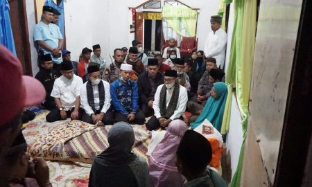 Bupati Tanah Datar Eka Putra lansung menyambangi rumah duka korban Kecelakaan Gumarang Jaya di Kenagarian Pitalah, Batipuh. Kamis (15/4)