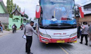 Bus Gumarang Jaya nopol polisi BE 7320 CU menabrak sekelompok anak SD di Pialah, Kamis (15/4) Foto : EYM