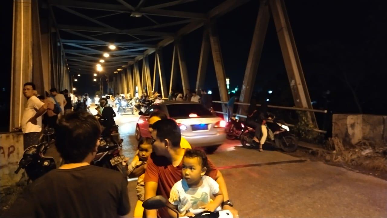 Pengendara roda dua berhenti secara tiba-tiba di jembatan Kampung Kalawi dan membuat lalulintas tersendat, Jumat (23/4) malam WIB
