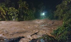 Kondisi jalan Manggilang, Pangkaln Koto Baru, Limapuluh Kota, malam ini saat terjadi banjir,Kamis (29/4)