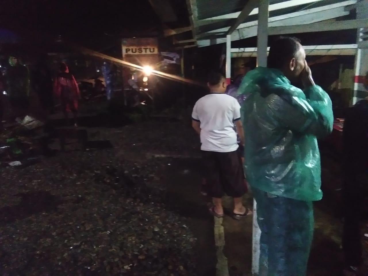 Kondisi warga saat banjir di Kecamatan Lubuk Sikaping Pasaman, Kamis (29/4), malam WIB.