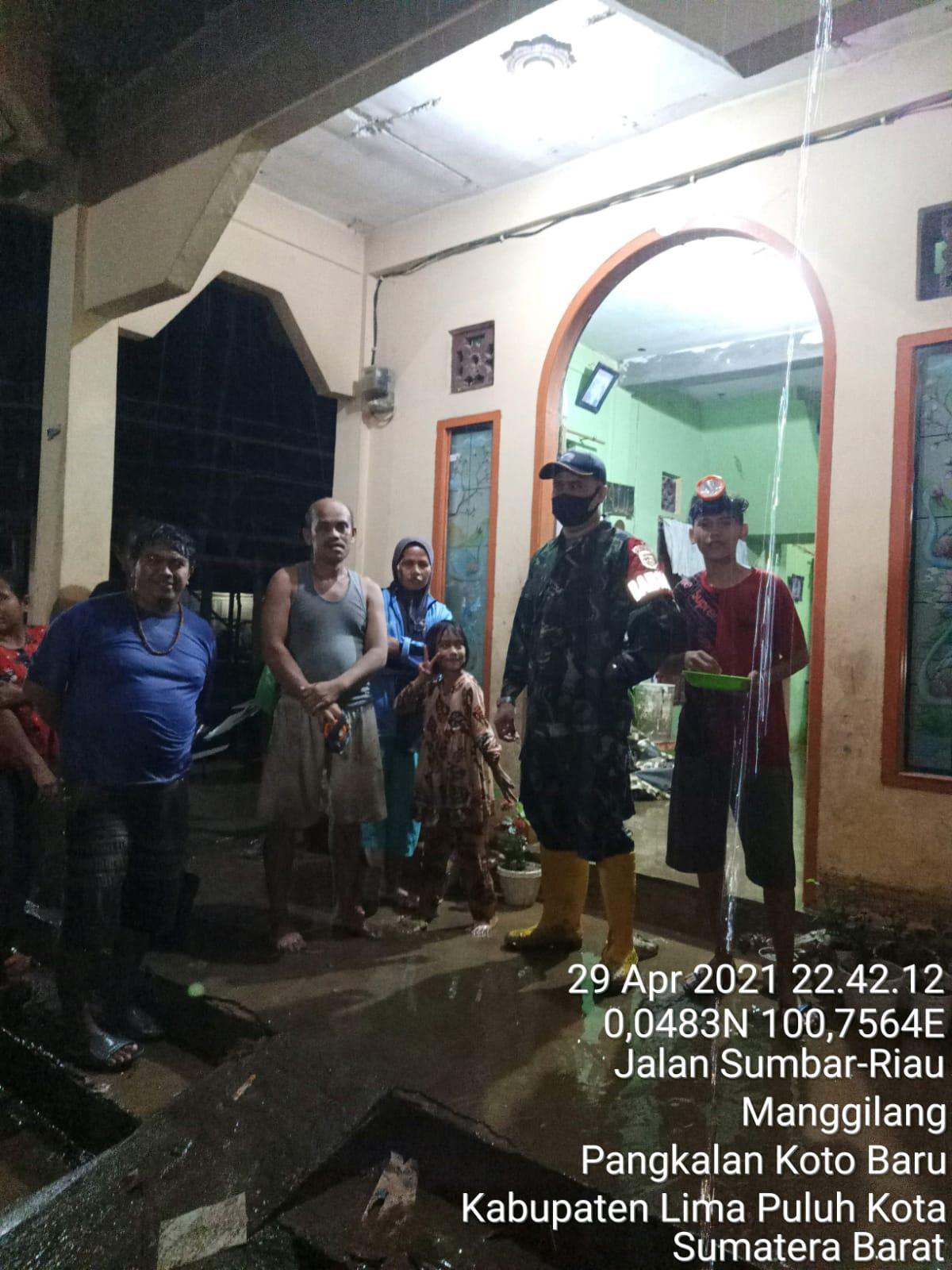 Anggota TNI AD turut terlihat sedang mengamankan lokasi di Mangginang, Kabupaten Limapuluh Kota, Kamis (29/4) malam WIBc.