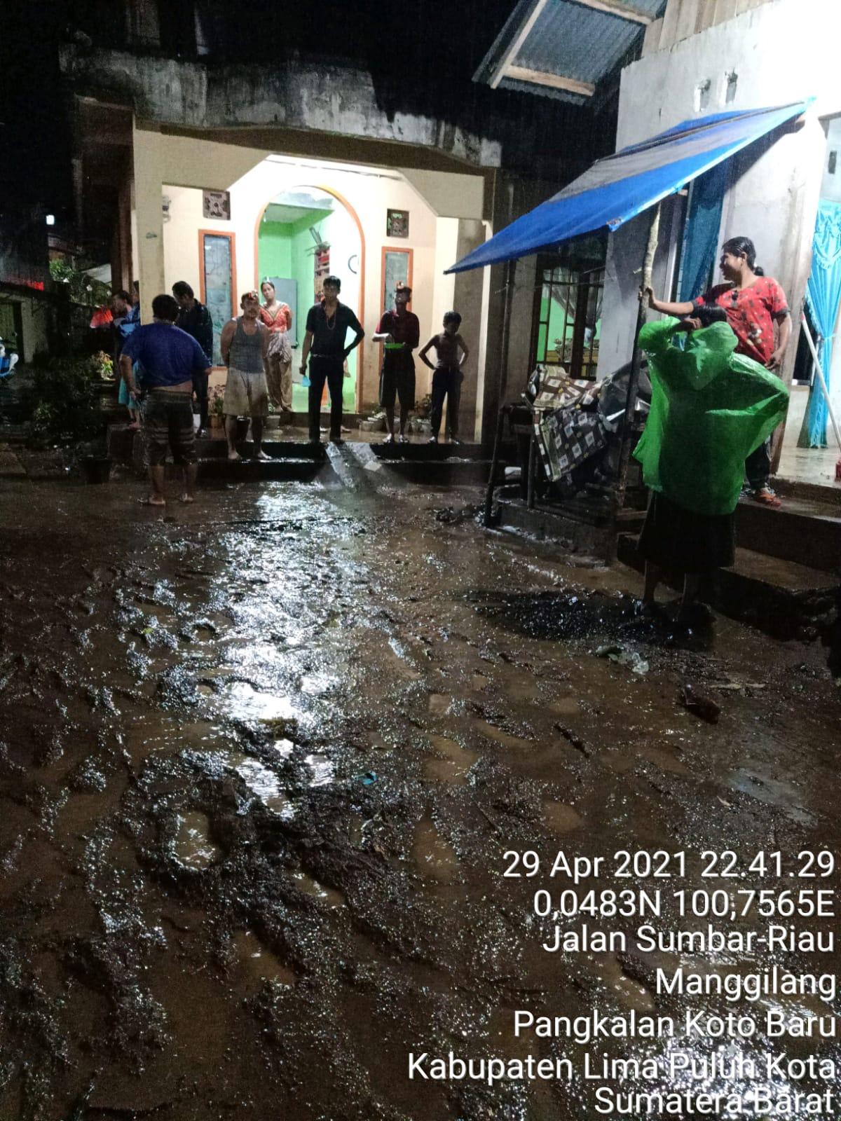 kondisi air saat banjir di Mangginang Kabupaten Limapuluh Kota Pada Kamis (29/4) malam WIB.